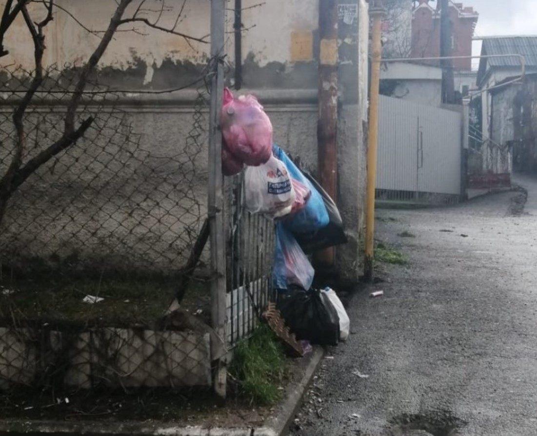 В Новороссийске в центре города на заборе висят вонючие «елочные игрушки»