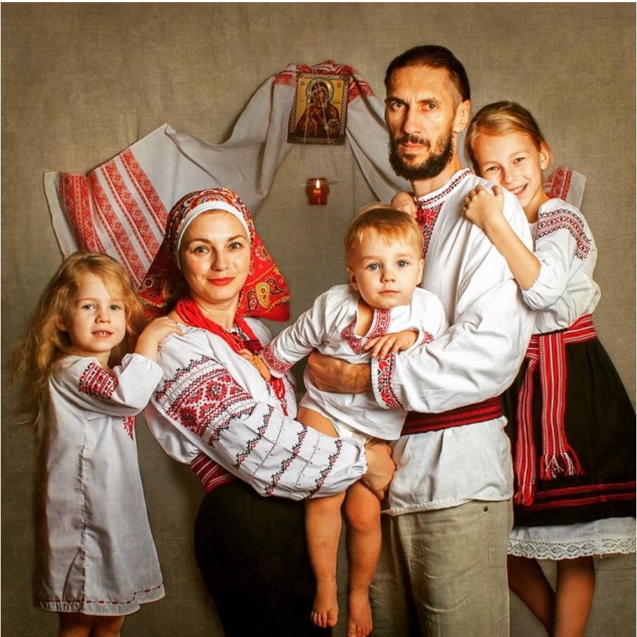 Ребенок принял роды у козы. Или как многодетные Новороссийска круто изменили свою жизнь