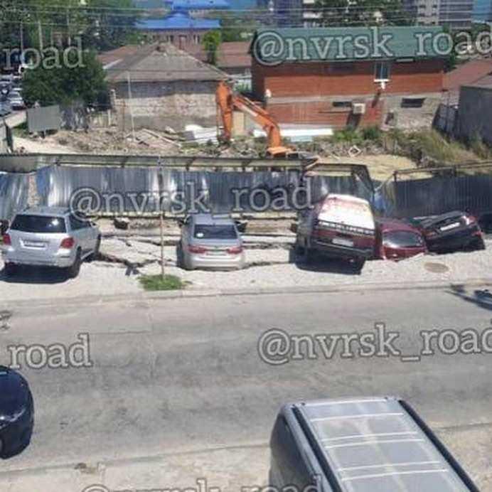 Шок: в Новороссийске чуть не ушли под землю автомобили