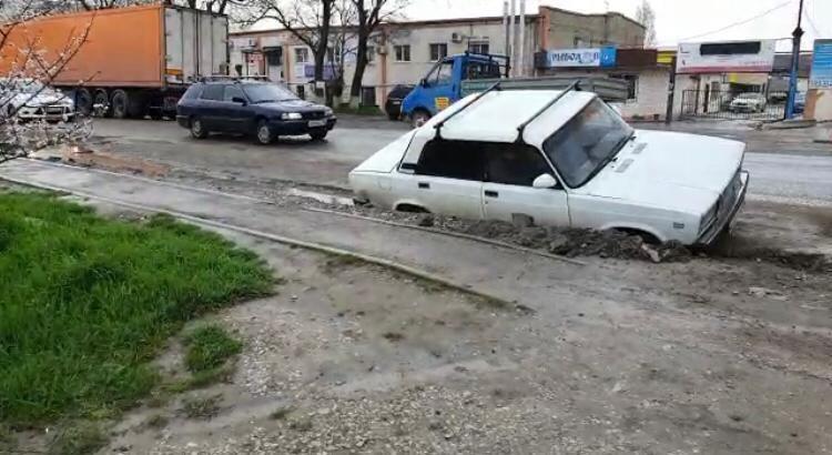 Новороссийцам испортили улицу опасной канавой. Недалеко до беды!