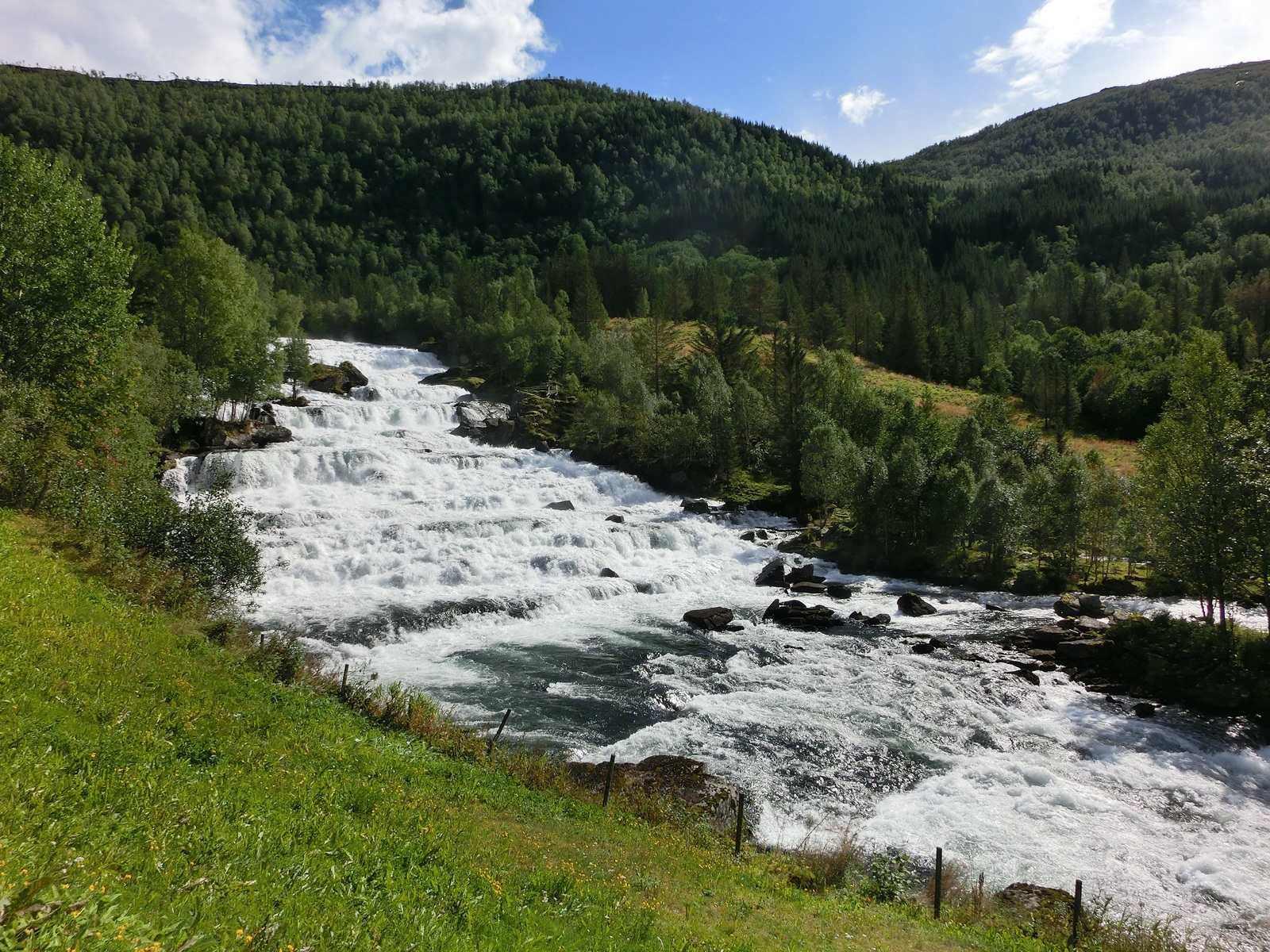 В Адыгее возобновили поиски трех туристов, которых 8 мая унесло горной рекой