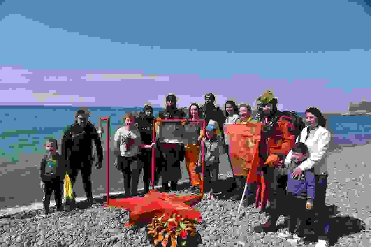 Подводные музеи пополняются. «Вечный Огонь» и венки опустили на дно моря под Новороссийском