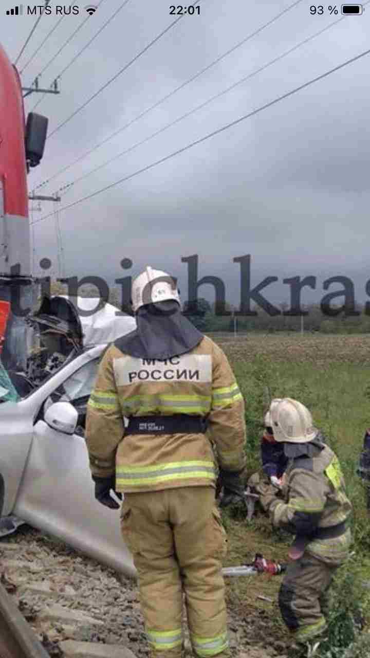 Под Анапой случилась страшная авария: поезд раздавил иномарку и людей, находившихся в ней