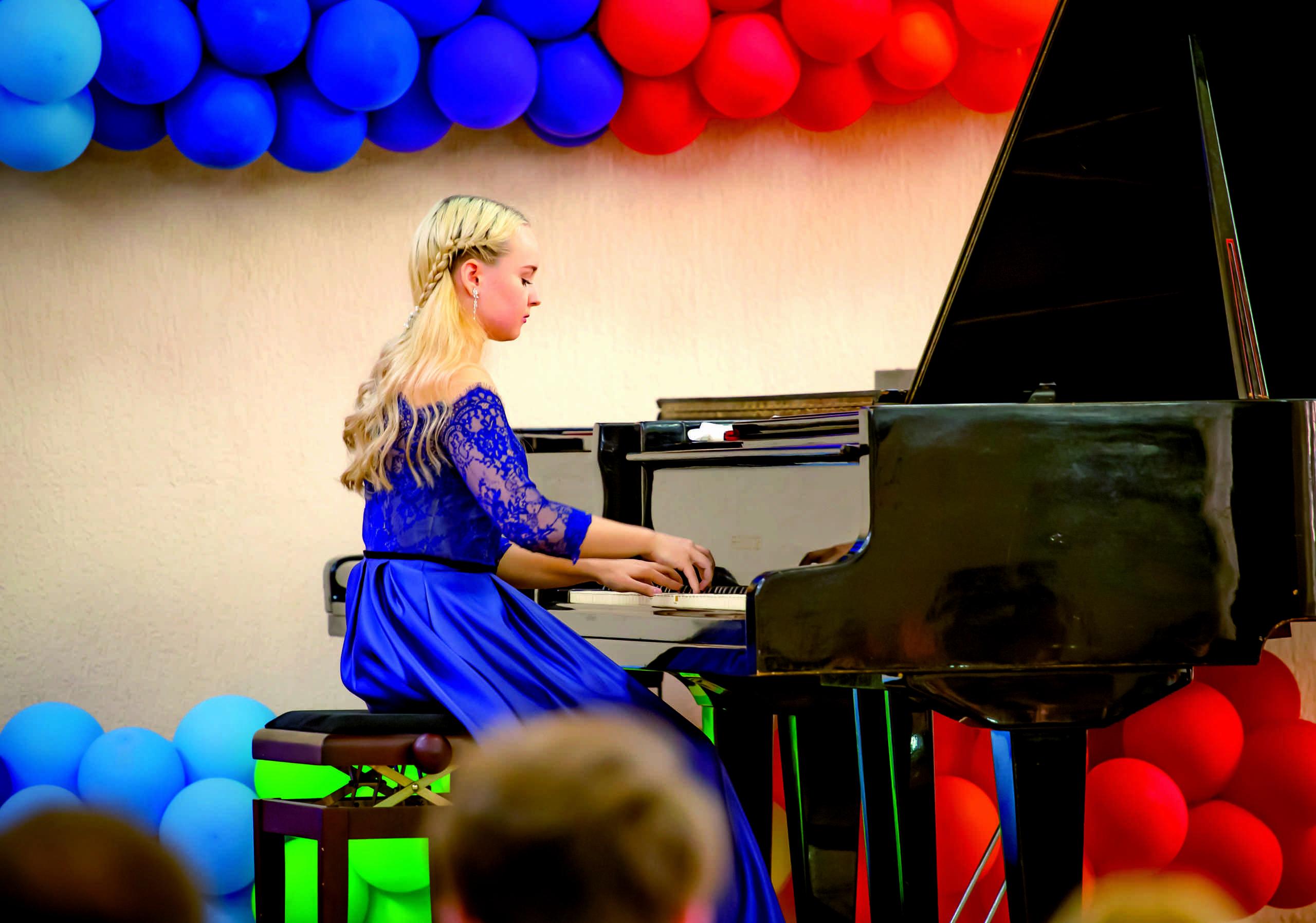 Юная выпускница детской музыкальной школы Новороссийска дала сольный концерт