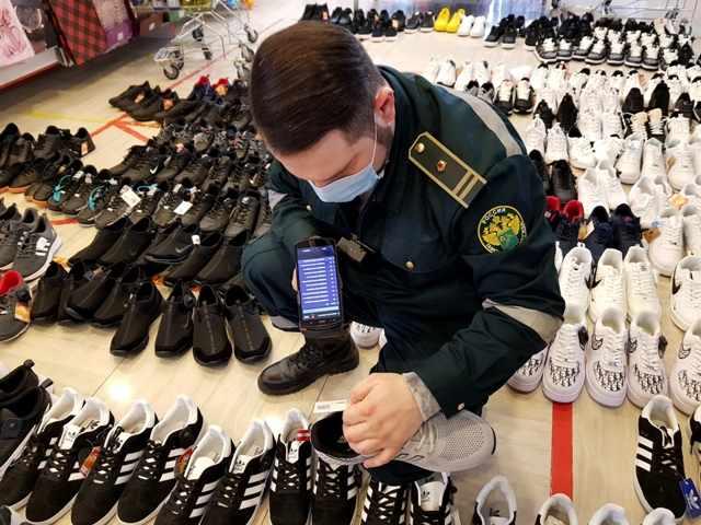 Свыше 1,5 тысяч контрафакта известных брендов обнаружено в одном из магазинов Новороссийска
