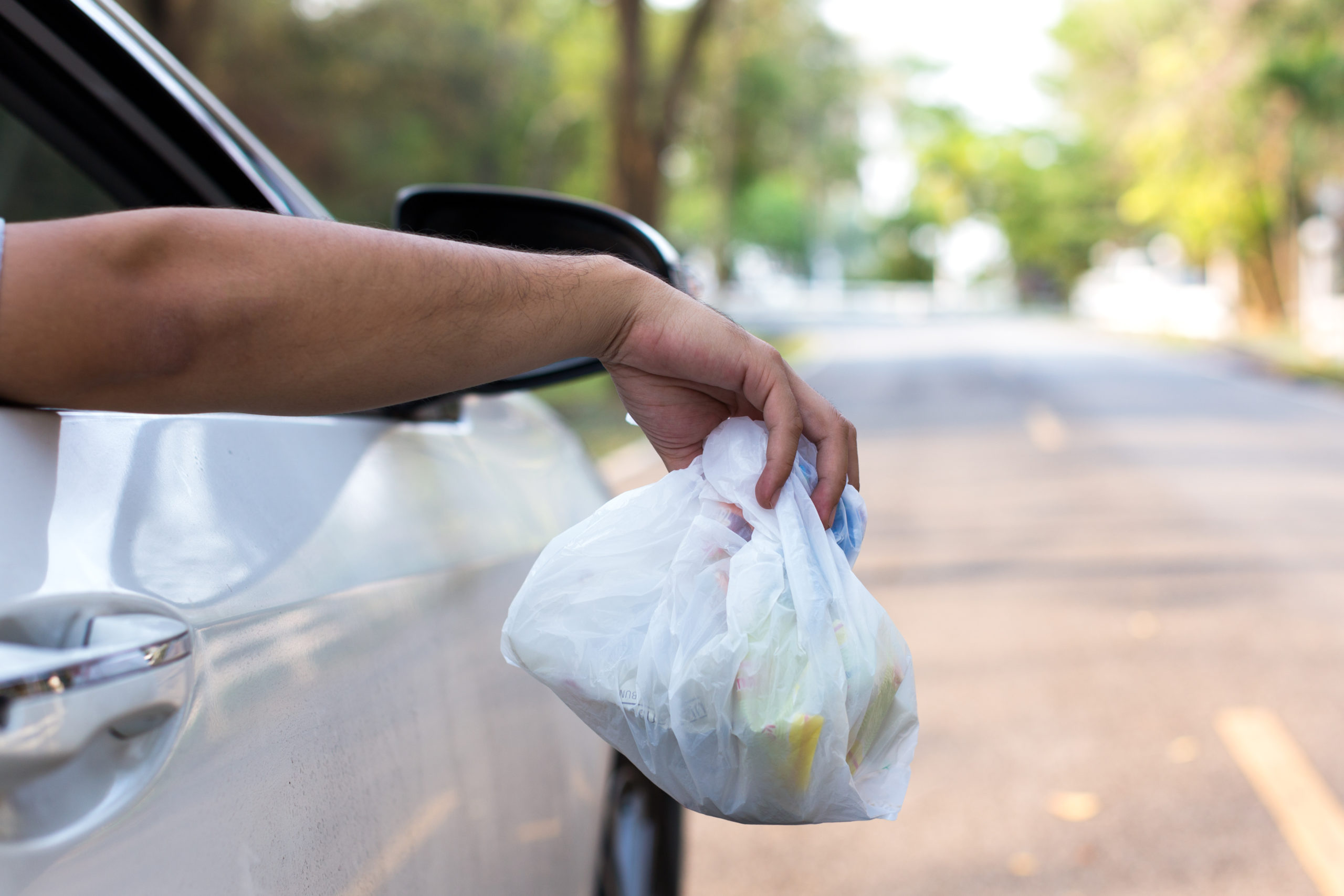 В Новороссийске будут штрафовать за выбрасывание мусора из автомобилей