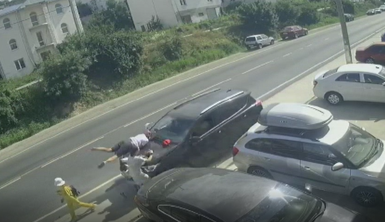 В Анапе машина вылетела на тротуар и протаранила людей (видео)