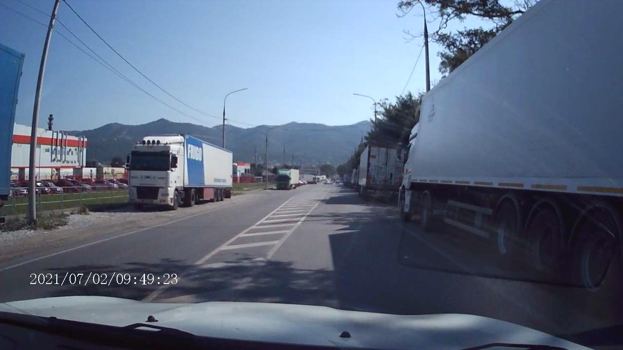 Большегрузы у склада «Магнита» заняли все обочины и сделали выезд из Борисовки экстремальным