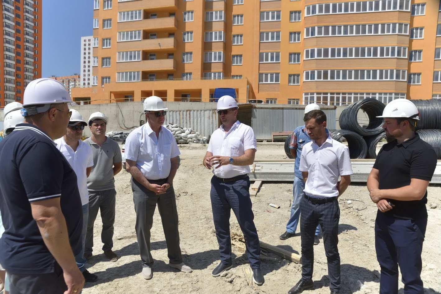 Глава Новороссийска оценил ход работ по строительству школ