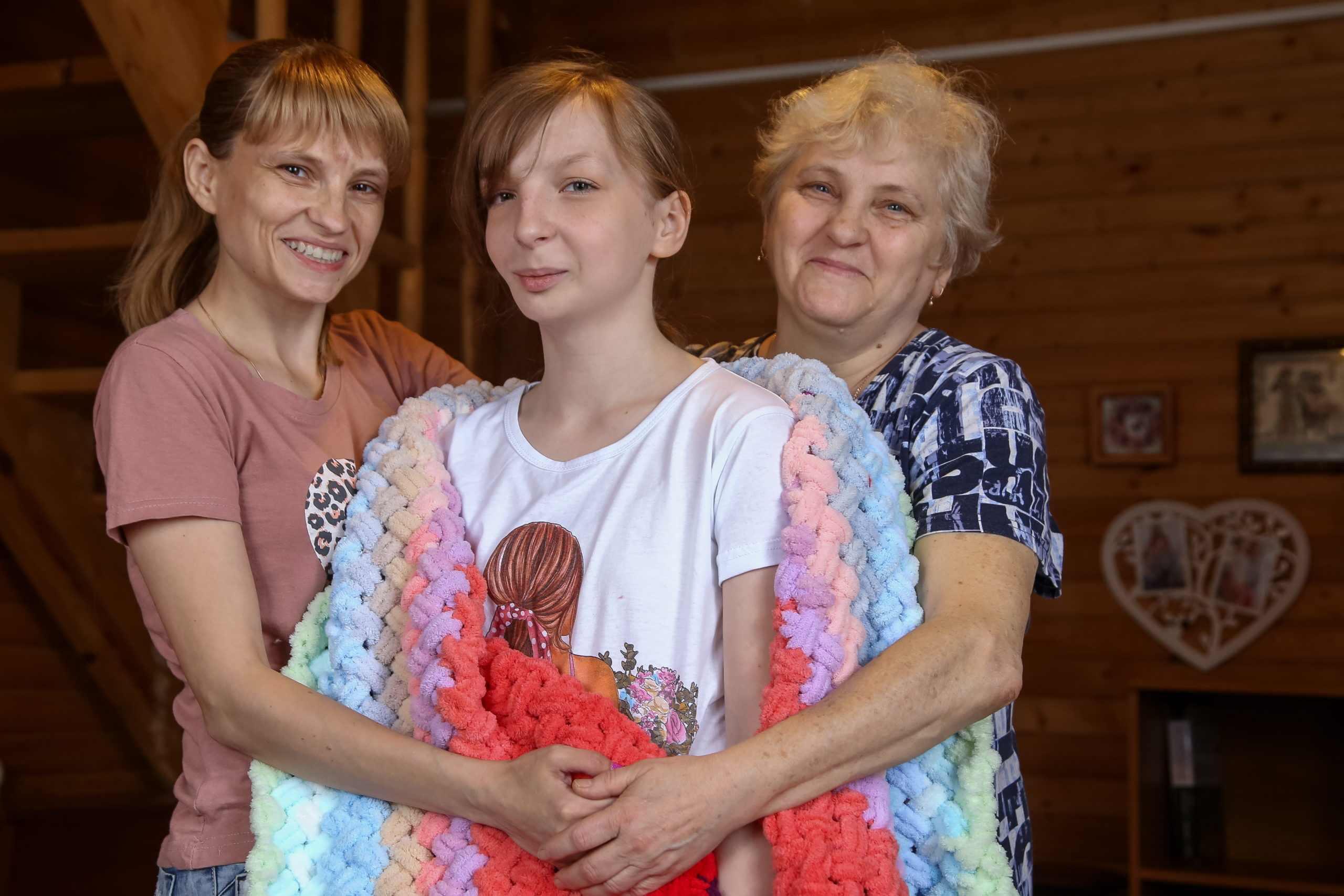 Двенадцатилетняя девочка из Новороссийска вяжет уютные пледы, чтобы заработать себе на лечение