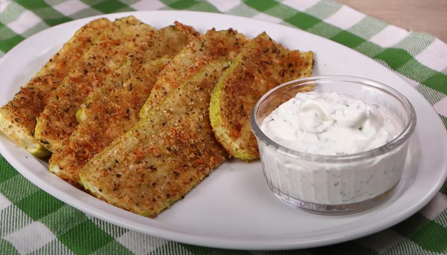 Кабачки в панировке с пикантным соусом – быстро, полезно и необыкновенно вкусно