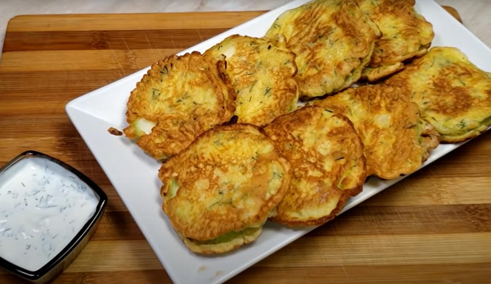 Кабачки в кляре со сметанно-чесночным соусом – отличный легкий завтрак из любимого овоща