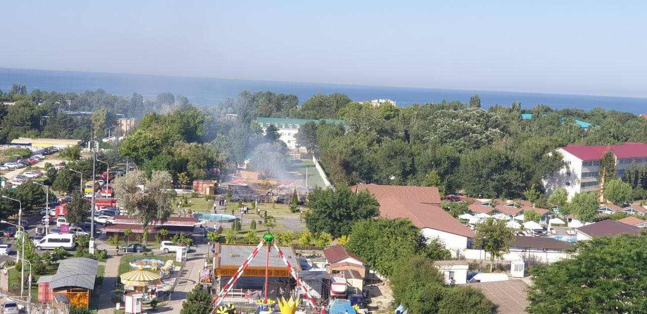 Сегодня утром в Анапе тушили пожар в летнем кафе (видео)