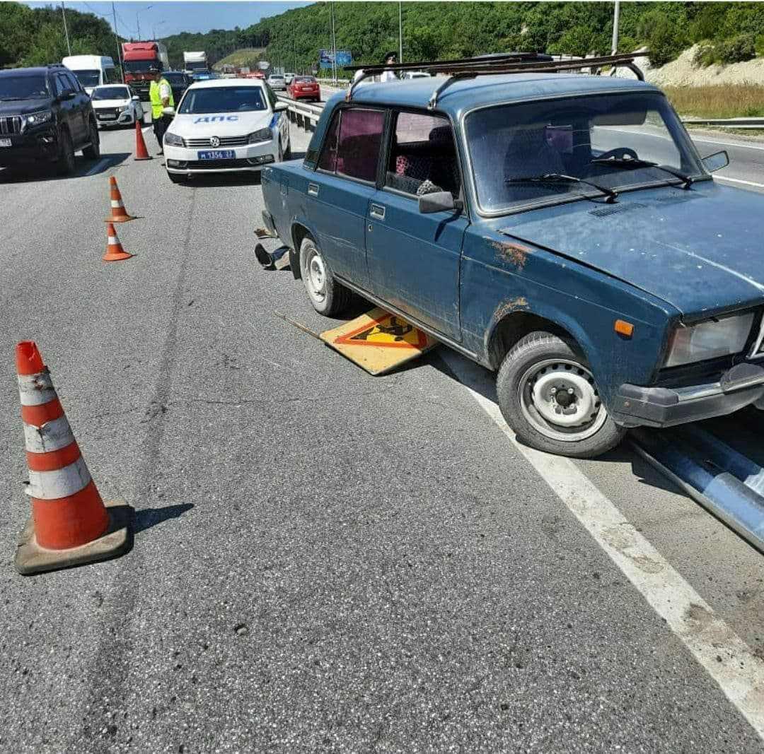 Огромная пробка собралась на автодороге «Новороссийск-Керчь» из-за дорожной аварии