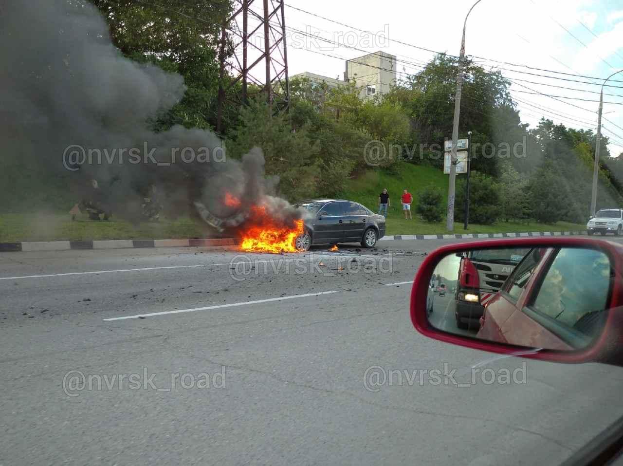 В Новороссийске средь бела дня загорелся автомобиль