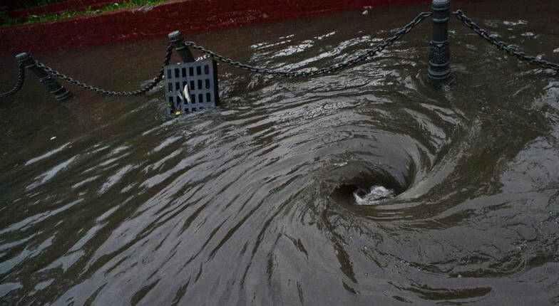 Во время сильного дождя в Новороссийске в ливневку смыло женщину