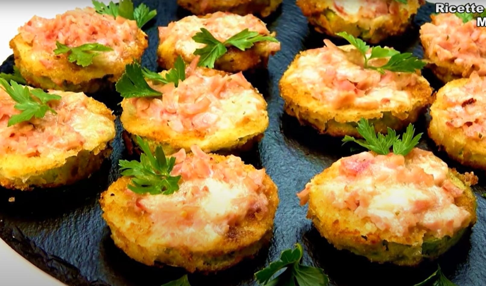 Быстрая и вкусная закуска — кабачки в панировке, запеченные с ветчиной и сыром