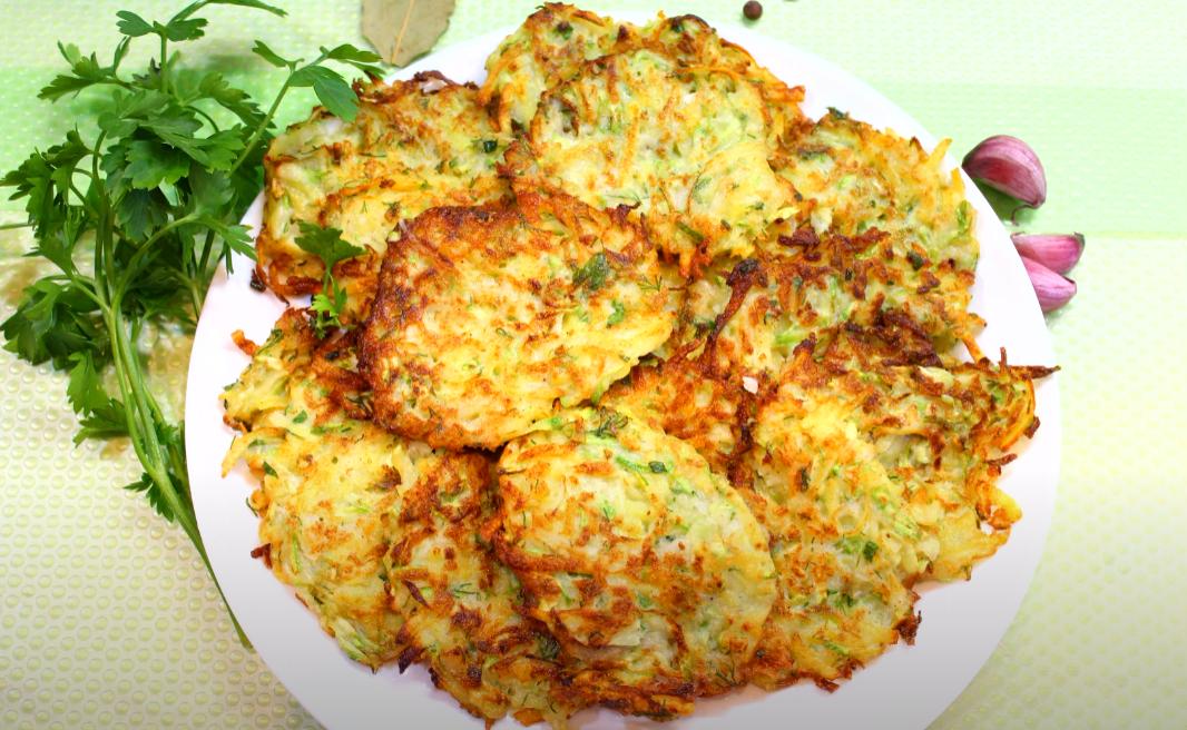 Самое летнее блюдо — оладьи из кабачков и картофеля