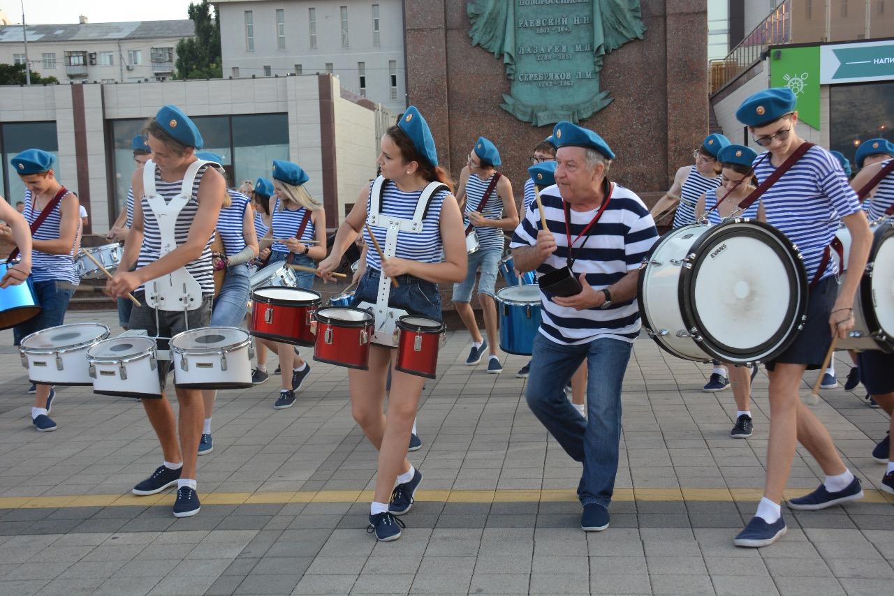 Новороссийский оркестр духовых и ударных инструментов «Юнга» поздравил десантников с праздником