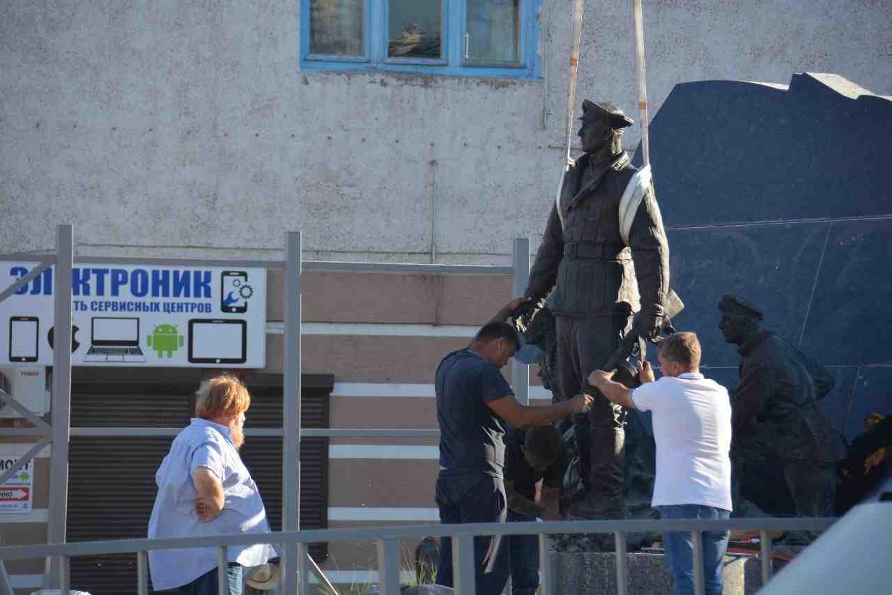 В Новороссийске полным ходом идет установка памятника Куникову