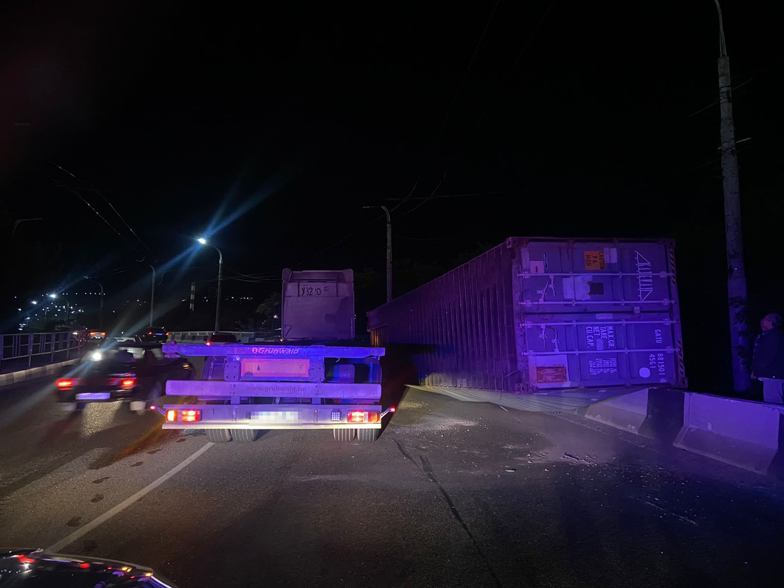 Сегодня новороссийцы могут опоздать на работу — на Магистральной с большегруза упал контейнер