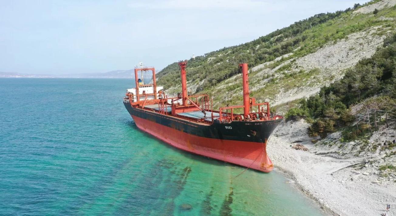 С выброшенного на мель судна «RIO» кто-то откачивает нефтепродукты