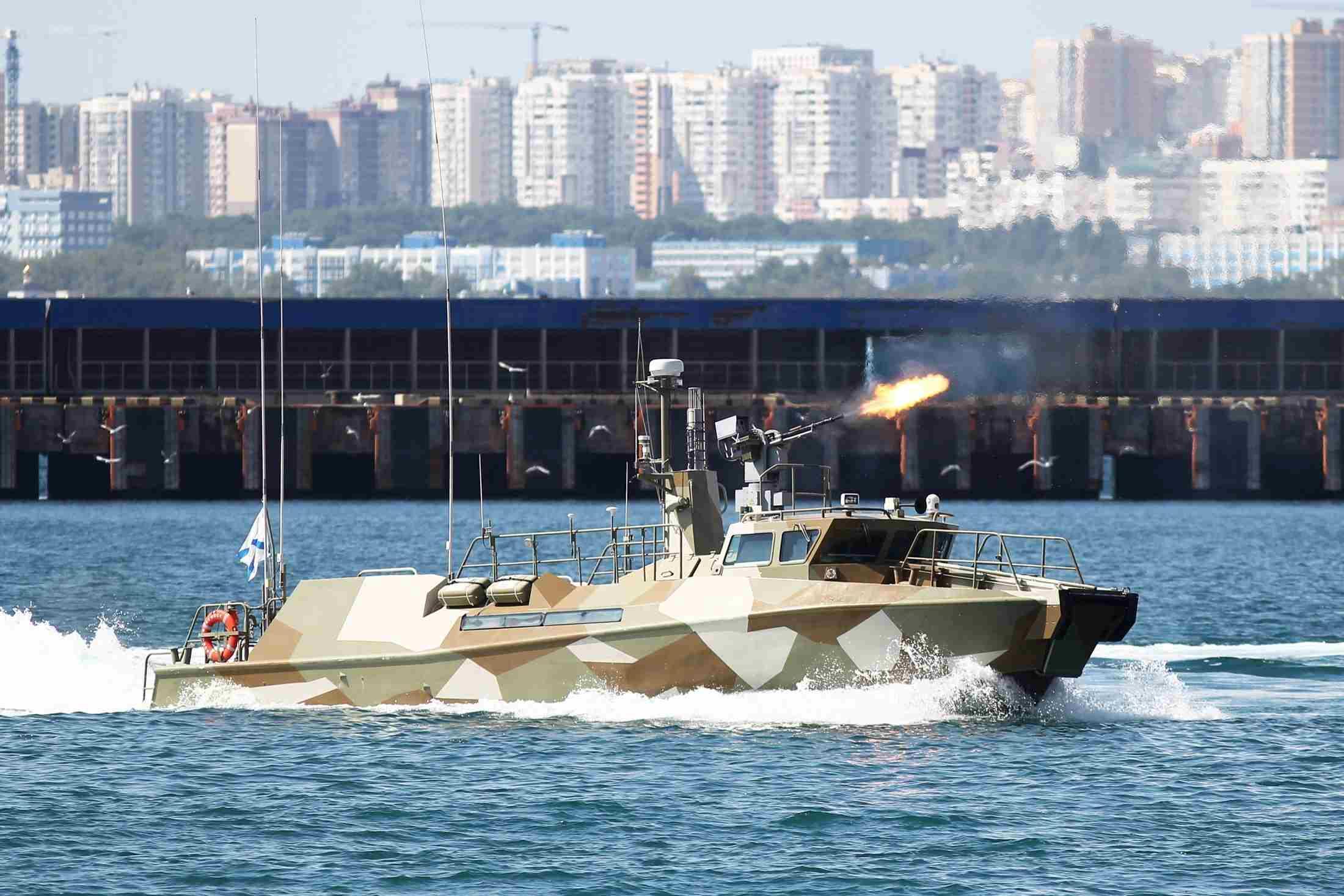 Экипажи быстроходных катеров отряда специального назначения Черноморского флота уничтожили условного противника