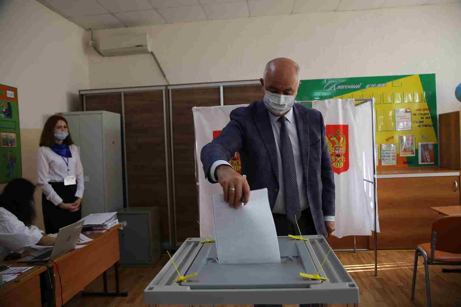 Глава Новороссийска Игорь Дяченко принял участие в голосовании и разъяснил, почему надо идти на выборы