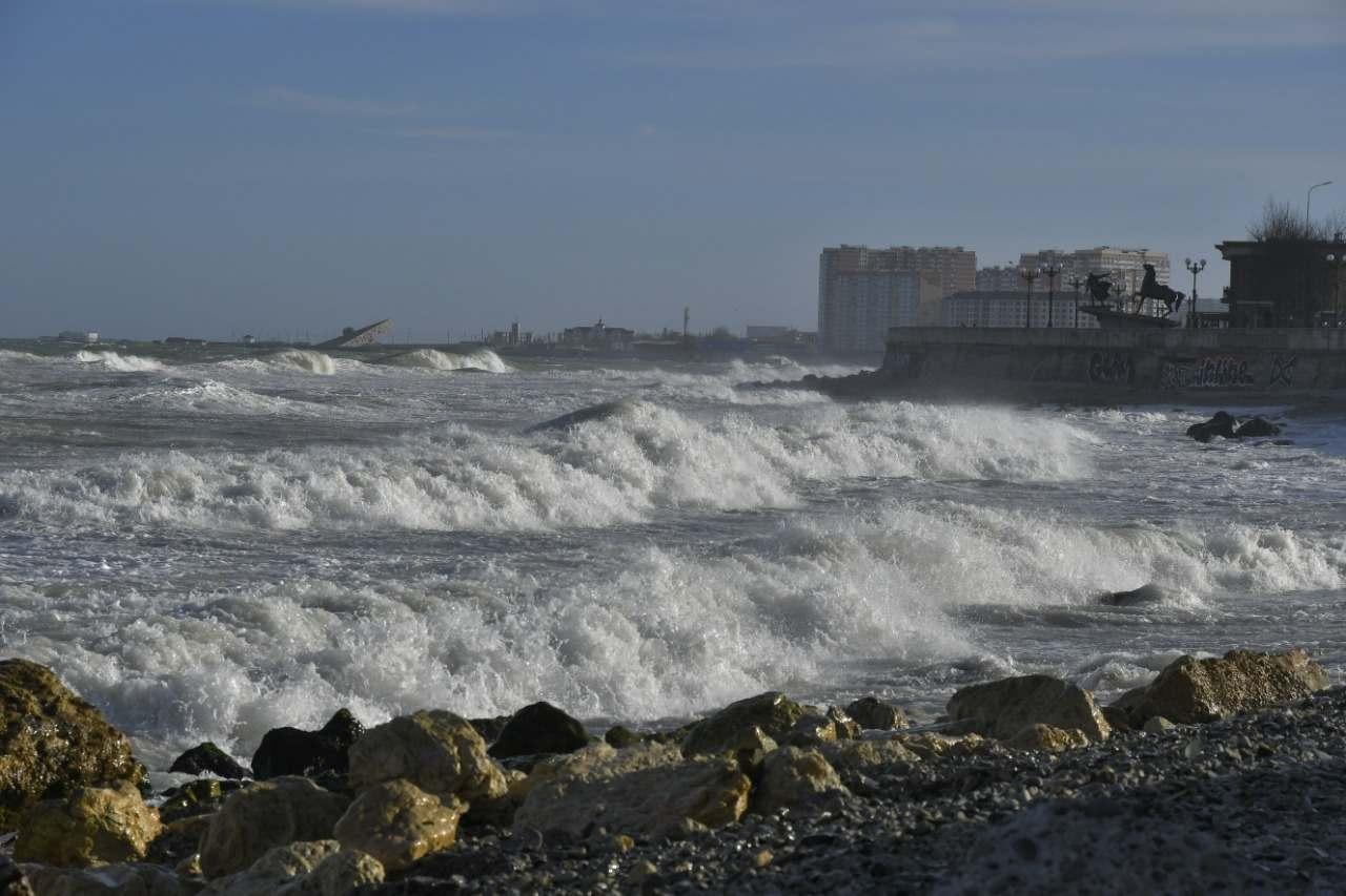 В Новороссийске ветер только усиливается