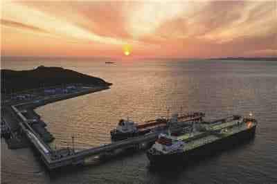 Во время шторма танкер повредил нефтеналивной причал в Новороссийске