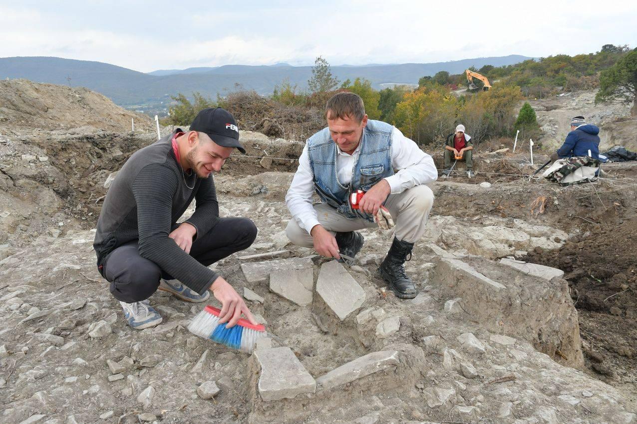 Археологи под Новороссийском раскопали детское кладбище