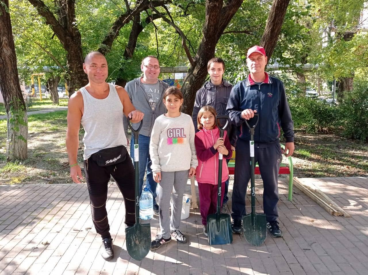 Жители Новороссийска уже второй год сами украшают и озеленяют свой двор